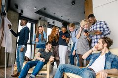 Dois indivíduos farpados caucasianos estão sentando-se nas poltronas e na fala Fotos de Stock