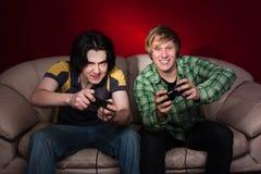 Dois indivíduos que jogam os jogos video Fotos de Stock Royalty Free
