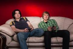 Dois indivíduos que jogam os jogos video Imagens de Stock Royalty Free