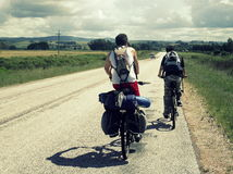 Dois indivíduos que montam a bicicleta Fotos de Stock Royalty Free