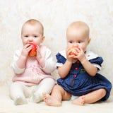Dois infantes com maçãs fotos de stock