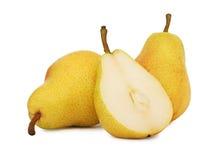 Dois inteiros e meias peras amarelas (isoladas) Imagem de Stock