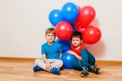 Dois irmãos alegres encontram-se em uma cobertura e em um grito brancos fotos de stock