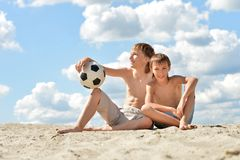 Dois irmãos com bola de futebol Fotografia de Stock