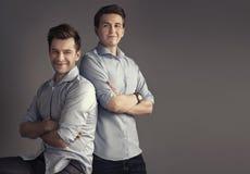 Dois irmãos consideráveis que levantam à imagem da família Imagem de Stock