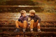 Dois irmãos e um cão Imagens de Stock
