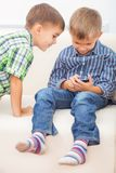 Dois irmãos estão jogando Fotos de Stock