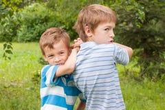 Dois irmãos estão lutando. Imagens de Stock Royalty Free