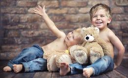 Dois irmãos felizes que jogam brinquedos Foto de Stock Royalty Free