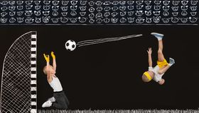 Dois irmãos jogam o futebol Desenhos no giz na parede imagem de stock