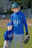 Dois irmãos que desgastam uniformes do basebol. Imagens de Stock Royalty Free
