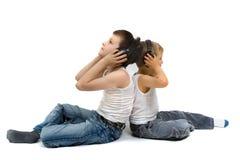 Dois irmãos que escutam a música Fotografia de Stock Royalty Free
