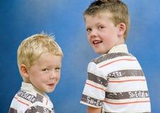 Dois irmãos que giram para trás Fotos de Stock Royalty Free