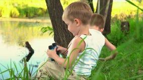 Dois irmãos que pescam no ar livre Tipo do verão de pesca do resto video estoque