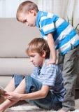 Dois irmãos são livros de leitura. Imagens de Stock