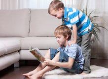 Dois irmãos são livros de leitura. Imagem de Stock
