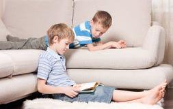 Dois irmãos são livros de leitura. Foto de Stock