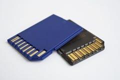 Dois isolaram o cartão compacto azul e preto plástico do SD do cartão de memória - cartão de Secure Digital usado nas câmeras e n Foto de Stock
