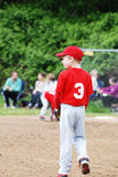Dois jogadores de beisebol pre-adolescentes que discutem o jogo imagens de stock