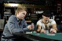 Dois jogadores de póquer com faces de póquer Imagens de Stock Royalty Free