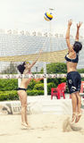 Dois jogadores de voleibol fêmeas da praia Ataque e defesa foto de stock
