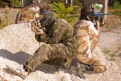 Dois jogadores do paintball na ação Imagens de Stock