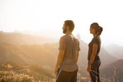 Dois jovens que admiram a vista Fotos de Stock Royalty Free