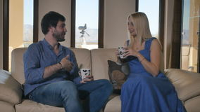 Dois jovens que sentam-se no sofá e na fala filme