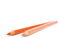Dois lápis coloridos pele isolados em um fundo branco Foto de Stock