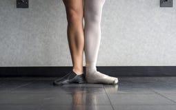 Dois lados a um dançarino a bailarina e o dançarino do jazz Fotos de Stock Royalty Free