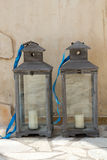 Dois laterns cinzentos escuros da vela Fotografia de Stock