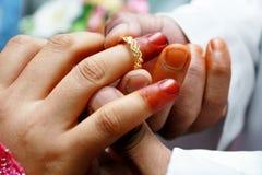 Dois mãos e anéis de casamento fotos de stock royalty free