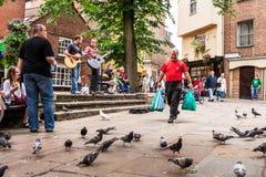 Dois músicos da rua que jogam nos reis Corte York, Inglaterra Imagem de Stock Royalty Free