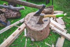 Dois machados em um bloco de madeira foto de stock royalty free