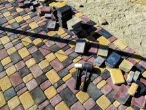 Dois malhos de borracha encontram-se na superfície de um pavimento colorido fotos de stock