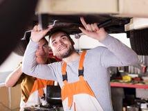 Dois mecânicos de carro bem sucedidos Imagem de Stock