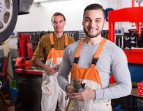 Dois mecânicos na oficina Imagens de Stock Royalty Free