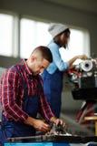 Dois mecânicos na oficina Fotografia de Stock Royalty Free