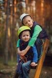 Dois meninos adoráveis corajosos, retrato dobro, assento das crianças e smil Fotografia de Stock Royalty Free