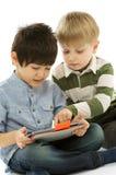 Dois meninos com o PC da tabuleta de Digitas Fotos de Stock Royalty Free