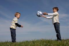 Dois meninos com uma esfera Fotos de Stock Royalty Free