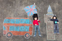 Dois meninos da criança no uniforme britânico do polícia do soldado com pi de Londres Imagem de Stock