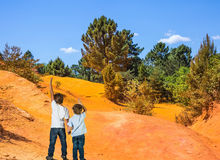 Dois meninos de sete e quatro anos Foto de Stock