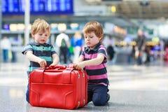 Dois meninos do irmão que vão em férias tropeçam no aeroporto Fotografia de Stock