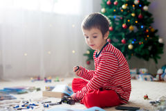 Dois meninos doces, abrindo apresentam no dia de Natal Imagem de Stock Royalty Free