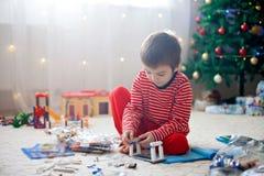 Dois meninos doces, abrindo apresentam no dia de Natal Fotografia de Stock