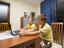 Dois meninos e computadores portáteis imagens de stock