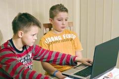 Dois meninos e computadores portáteis Foto de Stock Royalty Free