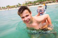 Dois meninos em uma praia Fotos de Stock Royalty Free