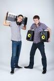 Dois meninos engraçados com oradores e piano fotografia de stock royalty free
